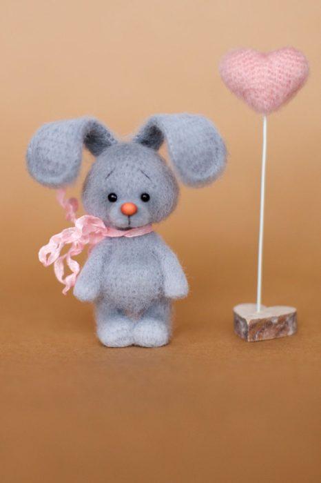 Peluche creado por la artista Svetlana Gromova, conejo deestambre junto a un corazón