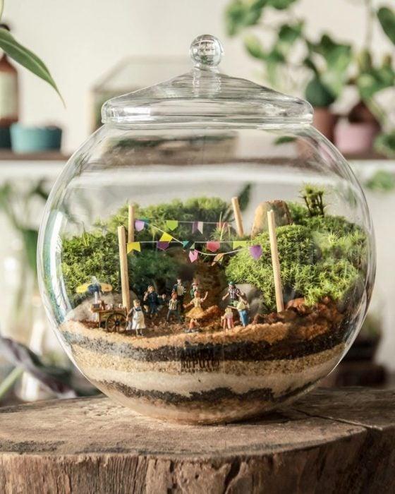 Mini ecosistema con niños jugando