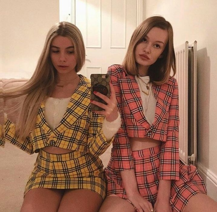 Best friends with the same outfits of