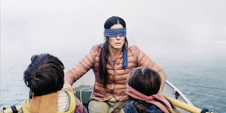 Escena de la película Bird Box, cuando Malorie va en la canoa con los niños en busca del santuario