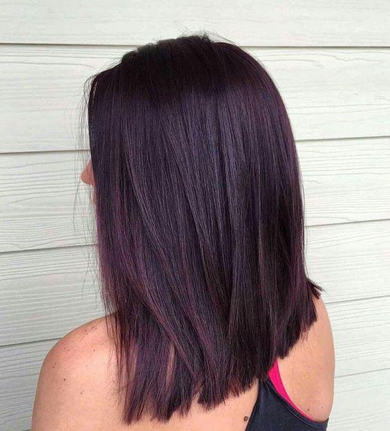Chica de melena corta con tinte blackberry