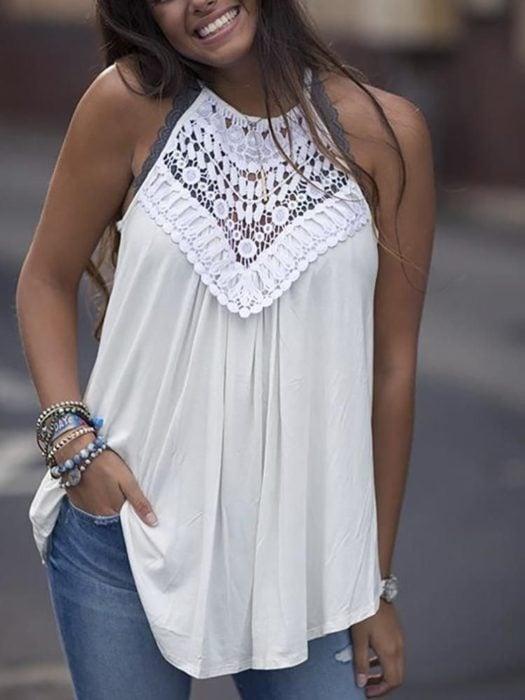 Blusa halter color blanca con detalle de encaje en el pecho