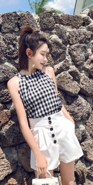 Blusa halter de estampado a cuadros en blanco y negro