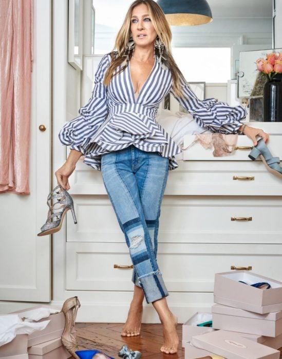 Sarah Jessica Parker usado un outfit casual para modelar sus zapatos