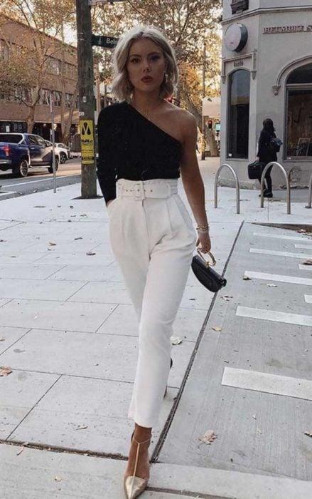 Chica usando una blusa de color negro con escote en el hombro
