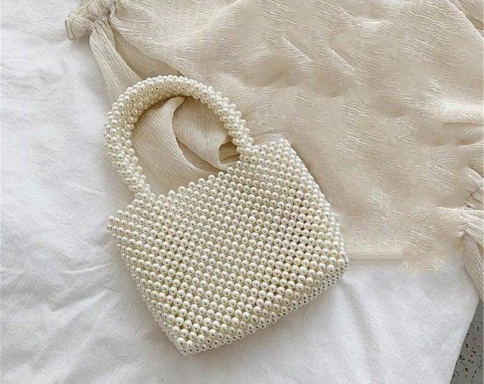 Small pearl and short gaff handbag