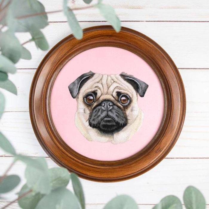 Artista Michelle Staub hace bordados de mascotas; bordado de perro pug