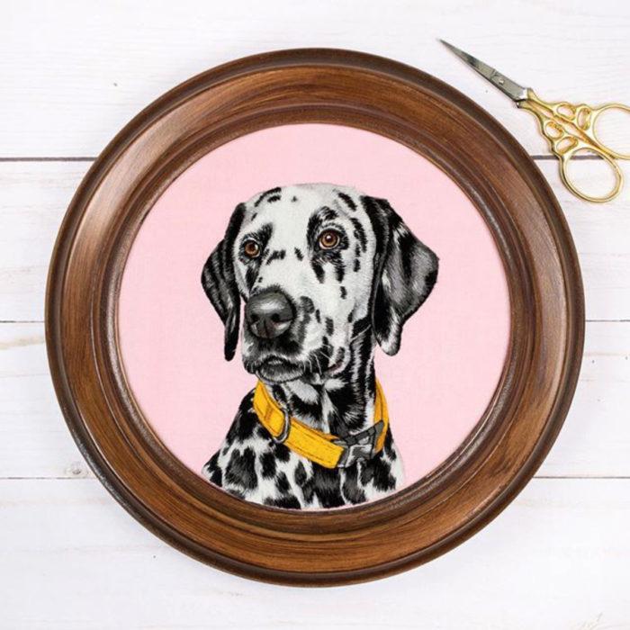 Artista Michelle Staub hace bordados de mascotas; bordado de perro dálmata