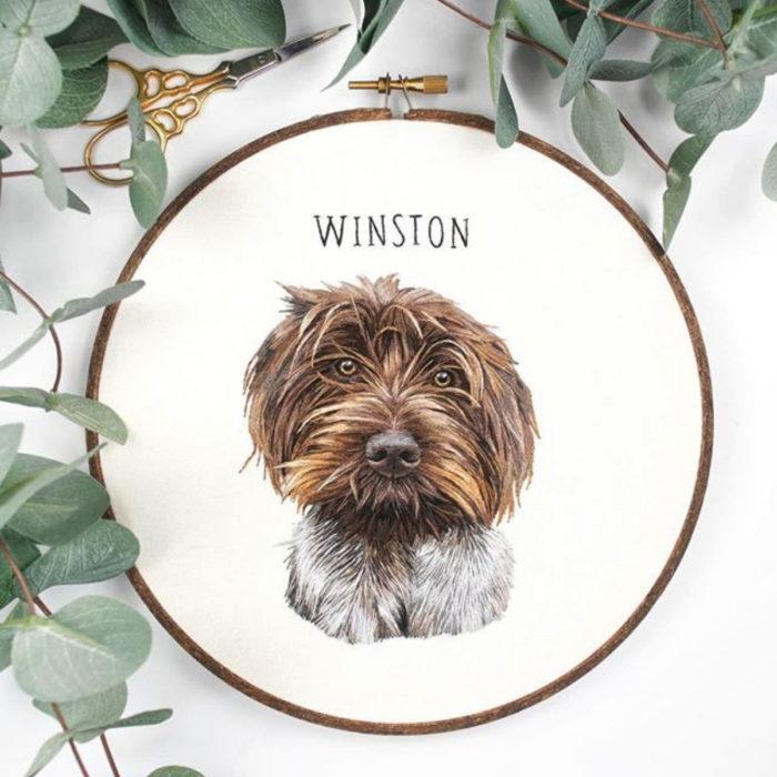 Artista Michelle Staub hace bordados de mascotas; bordado de perro peludo café con manchas blancas