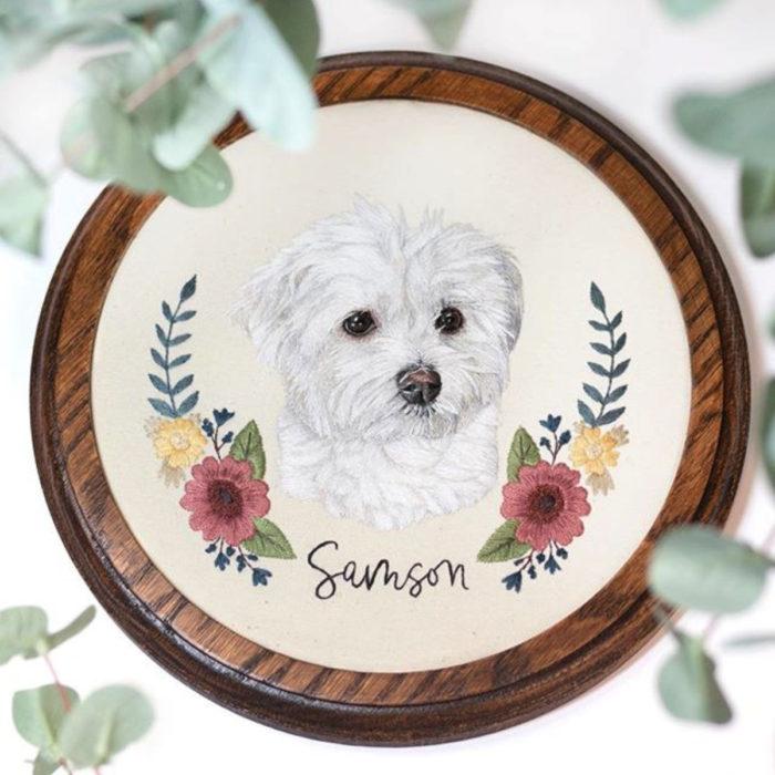 Artista Michelle Staub hace bordados de mascotas; bordado de perro french poodle blanco con flores rosas y amarillas
