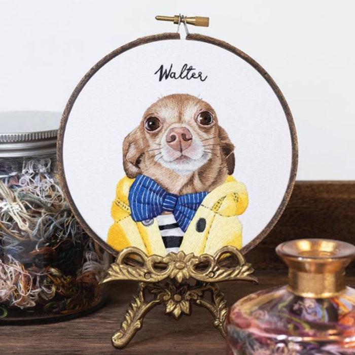 Artista Michelle Staub hace bordados de mascotas; bordado de perro chihuahua café con chamarra amarilla y moño azul