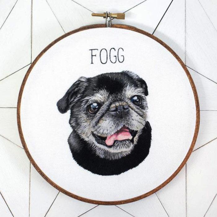 Artista Michelle Staub hace bordados de mascotas; bordado de perro pug negro viejito con canas