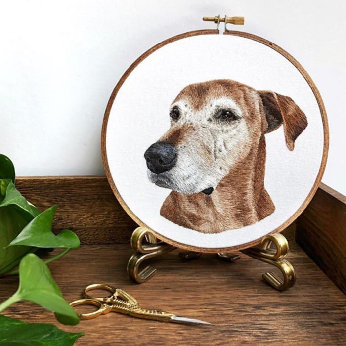 Artista Michelle Staub hace bordados de mascotas; bordado de perro viejito café con canas
