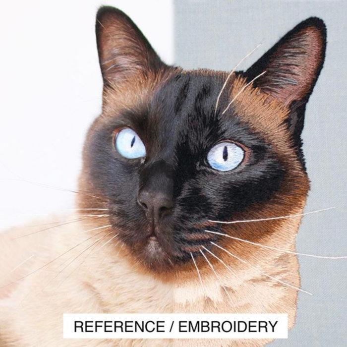 Artista Michelle Staub hace bordados de mascotas; bordado de gato siamés con ojos azules