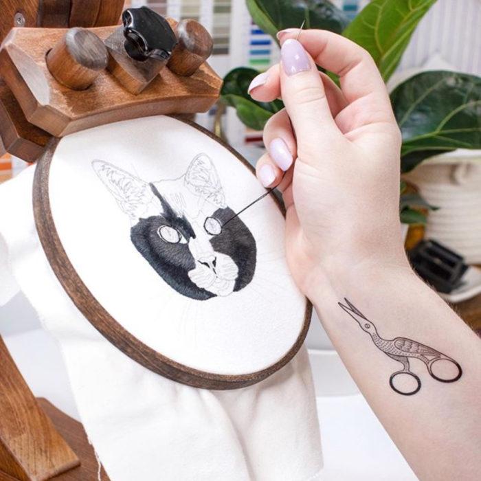 Artista Michelle Staub hace bordados de mascotas; bordado de gato negro