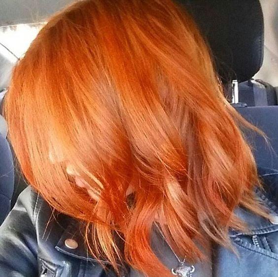 Chica de perfil enseñando se cabello teñido en efecto peachy copper