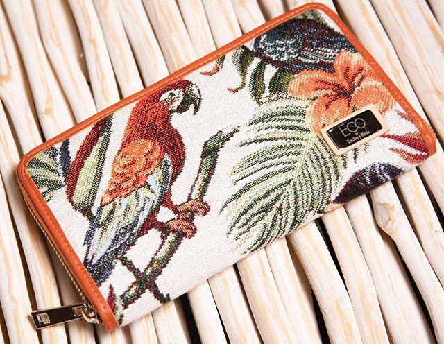 Cartera con bordado de guacamayas y detalles color camel