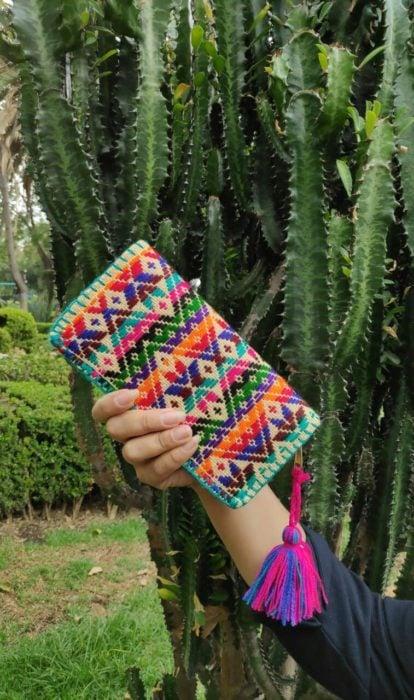 Cartera tejida con hilos de colores