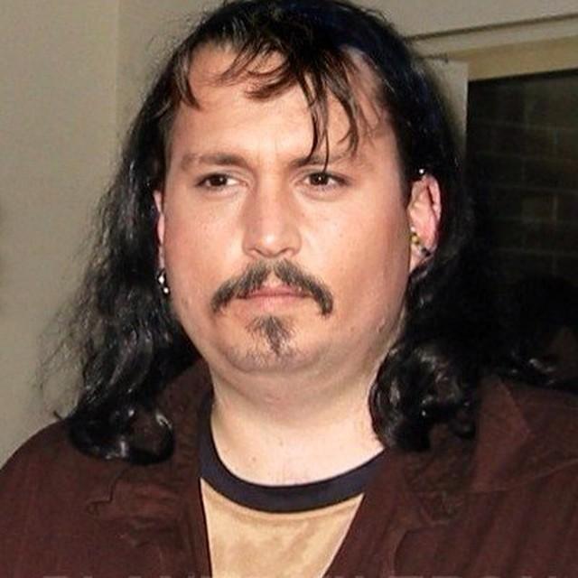 Johonny Depp con el cabello largo y con el rosotro con cachetes