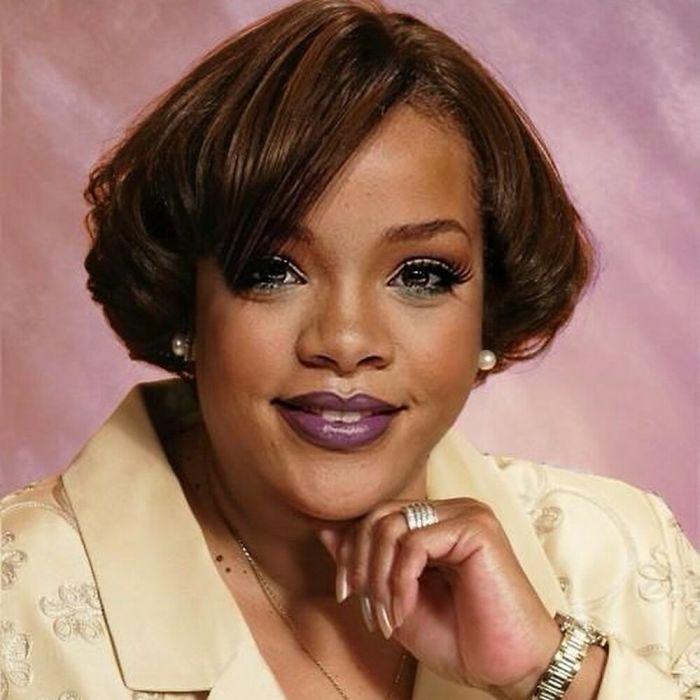 Rihanna caracterizada como una mujer de los 80 posando para la fotografía con la mano en el mentón