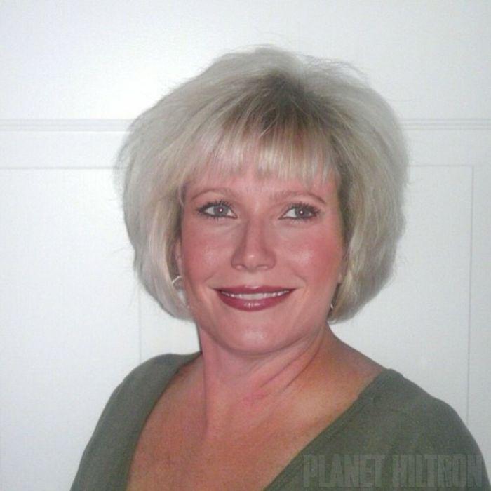 Gwynet Paltrow caracterizada como mujer de casa común con unos kilitos demás y cabello platinado