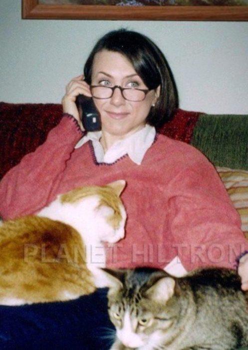Jennifer Aniston caracterizada como una mujer de edad avanzada con varios gatos