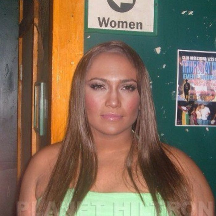 Jennifer Lopez caracterizada como una chica curvy de cabello largo de color cobrizo
