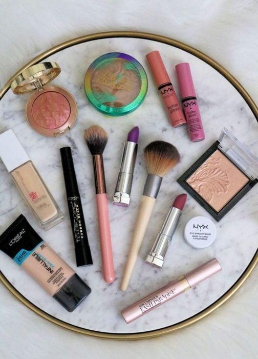 Colección de maquillaje y brochas