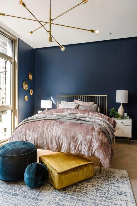 Tonos azules, rosas y amarillos para decorar una habitación