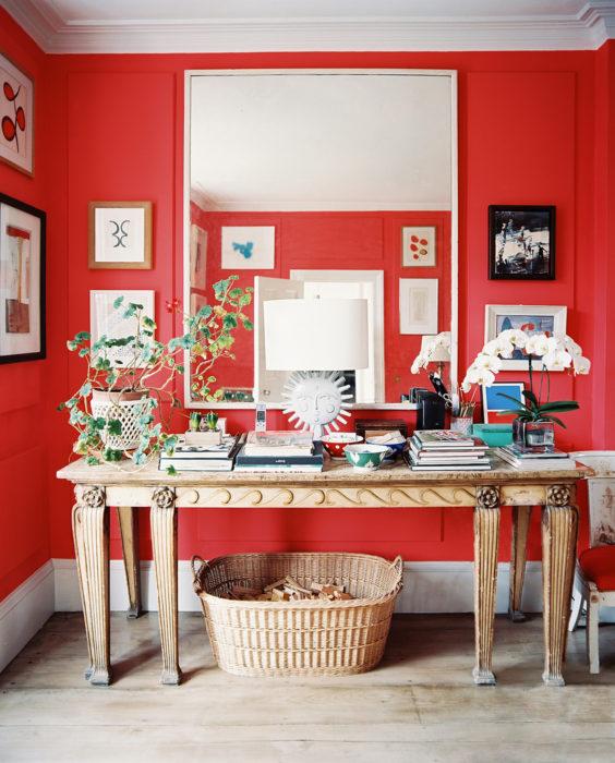 Sala de estar en color rojo con muebles en color dorado