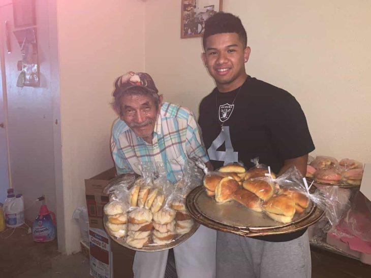 Chico ayudando a un adulto mayor a vender pan a través de redes sociales