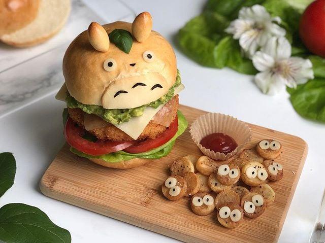 Hamburguesa en pan artesanal en forma de Toror personaje de película de anime