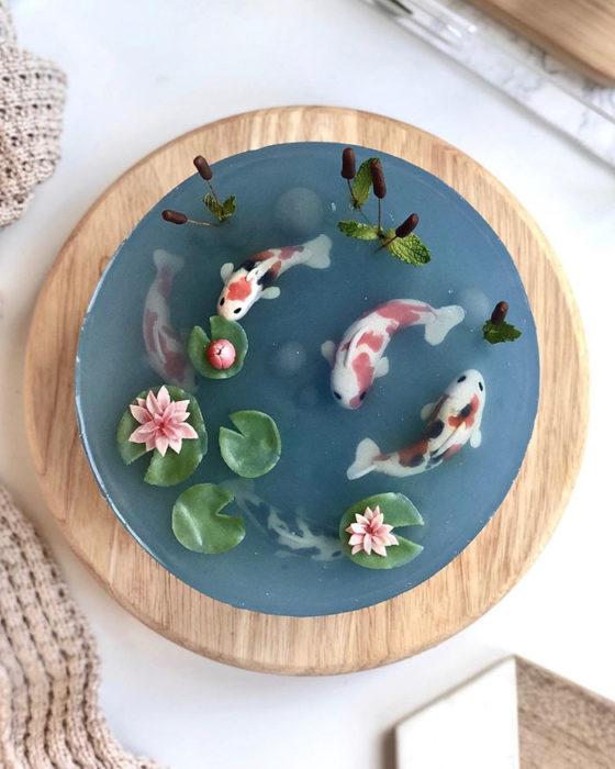 Pastel de efecto cristal con peces koi en el interior hechos con betún dulce