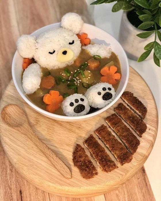 Plato de arroz al vapor con caldo de pollo y verduras