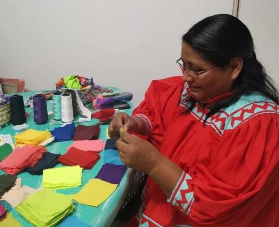 Mujer rarámuri haciendo cubrebocas
