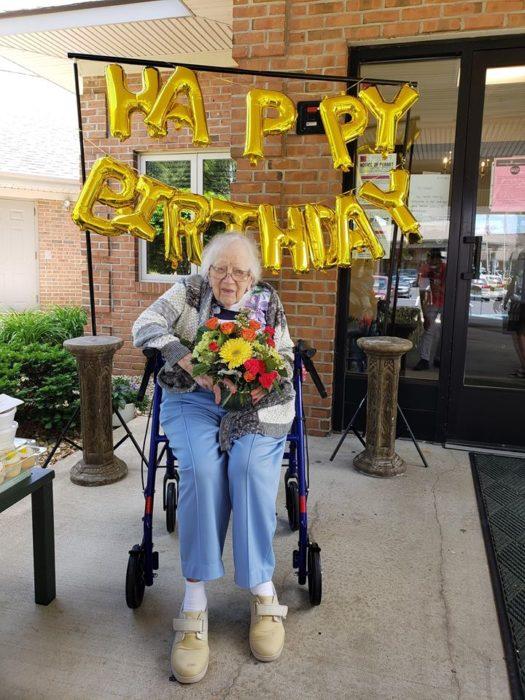 leora festejando su cumpleaños 100