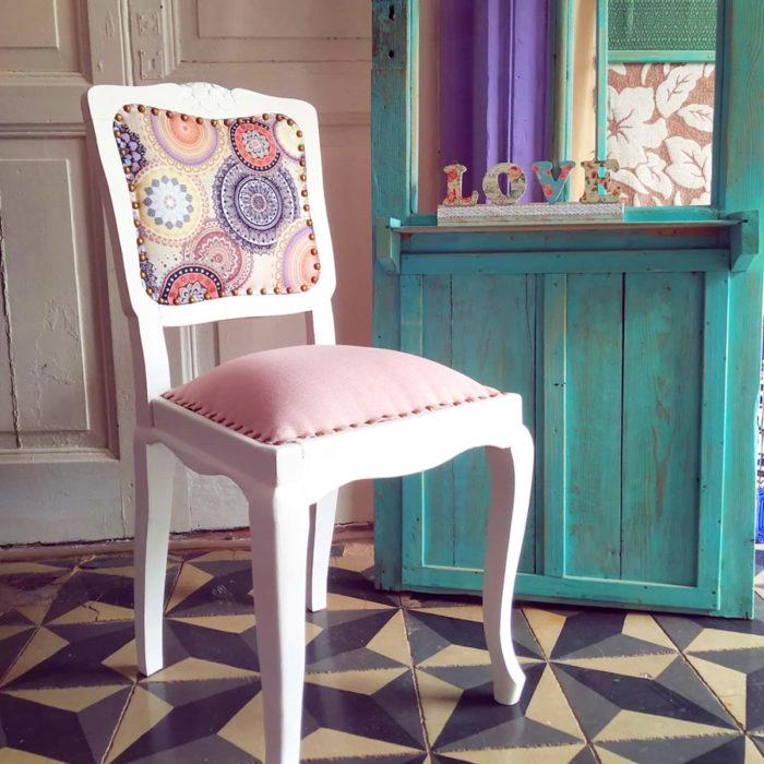 Artículos de decoración para el hogar; silla vintage blanca con asiento y respaldo rosa pastel