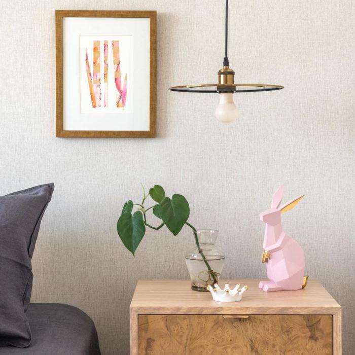 Artículos de decoración para el hogar; estatua de conejo geométrico rosa sobre mesa de noche con maceta