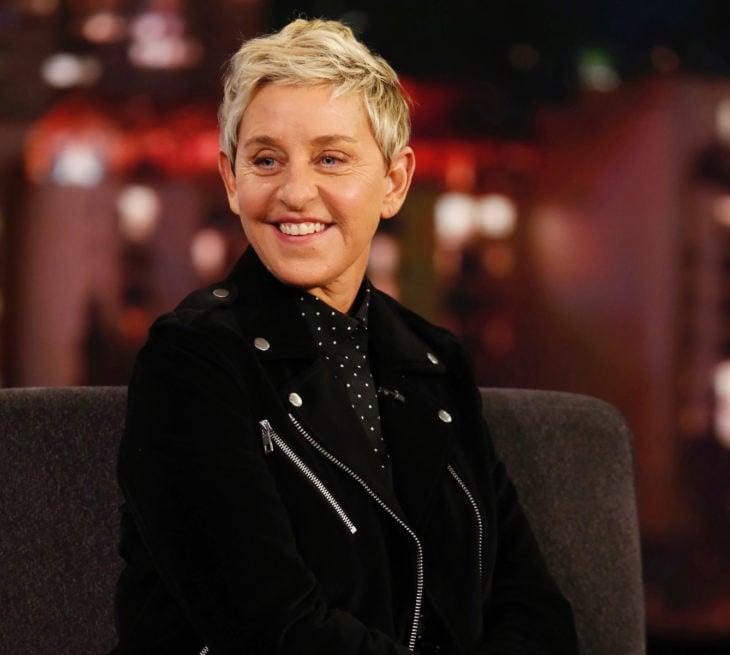 Ellen DeGeneres; mujer de cabello corto pixie, rubio y ojos azules