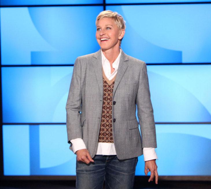 Ellen DeGeneres con traje gris; mujer de cabello corto pixie, rubio y ojos azules; The Ellen DeGeneres Show