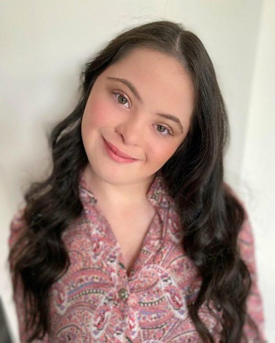 Ellie usando maquillaje natural y sonriendo