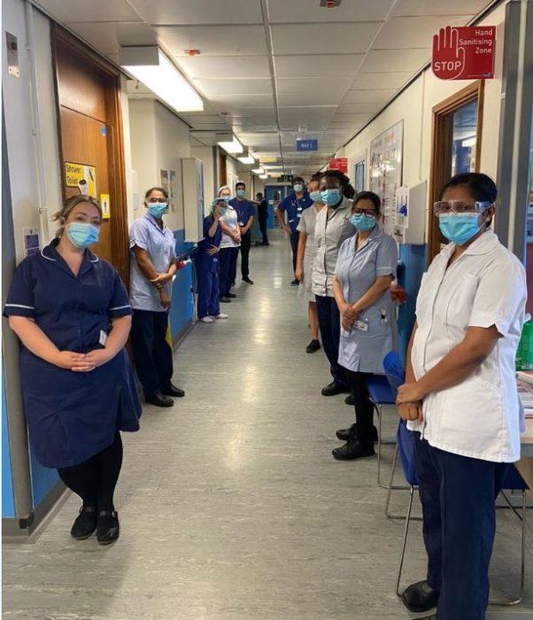 Enfermeros y doctores en el pasillo de un hospital