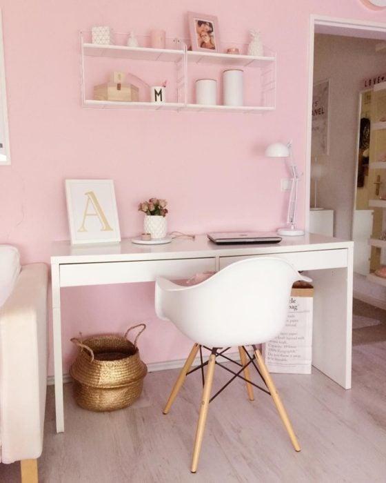 Escritorio con estilo minimalista en tonalidades blancas y pared en color rosa bebé