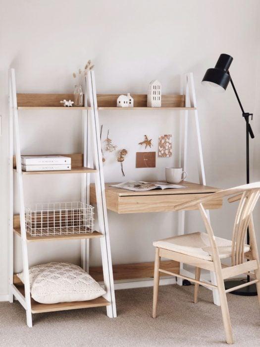 Escritorio con estilo minimalista en tonos blancos y madera clara