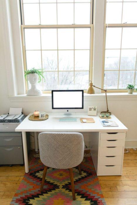 Escritorio con estilo minimalista en color blanco y archivero y silla color gris