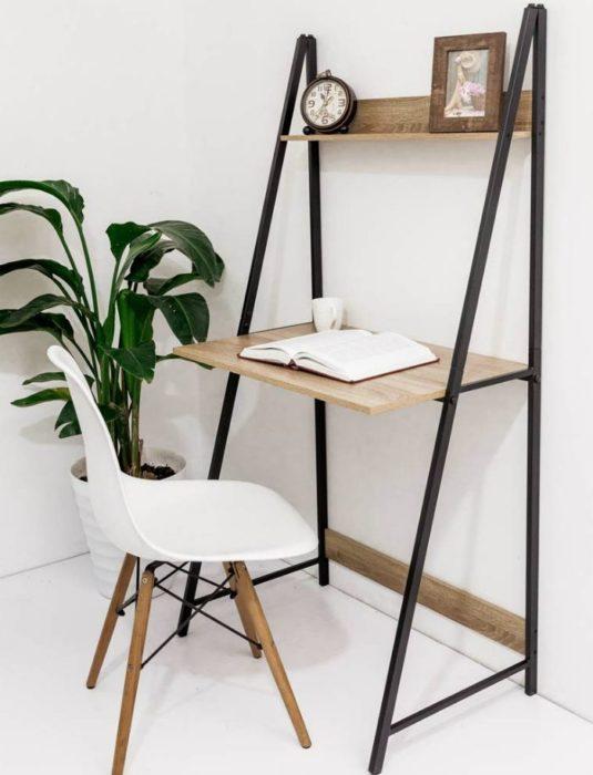 Escritorio con estilo minimalista con escritorio delgado y pequeño