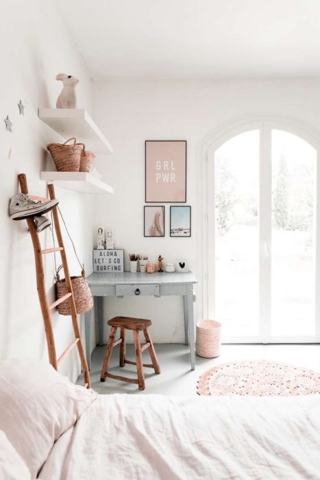 Escritorio con estilo minimalista con muebles rusticos