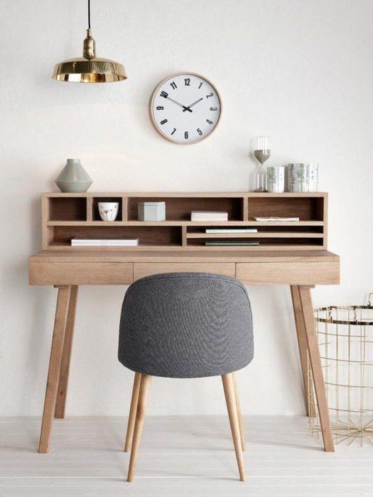 Escritorio con estilo minimalista en tono madera y silla color gris