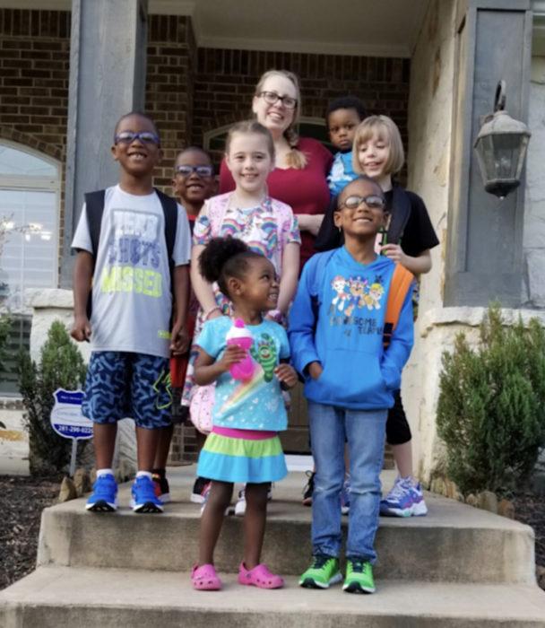 Familia numerosa; papás de 3 hijos adoptan a 5 hermanos