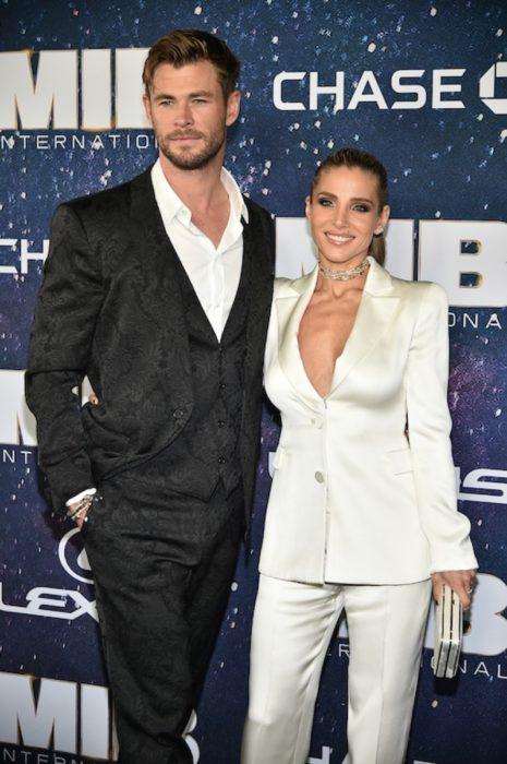 Elsa Pataky y Chris Hemsworthposando para una foto mientras están en la alfombra roja de una película